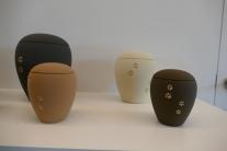 urne keramiek pawprint 3 formaten (0,5 l, 1,5 l, 2,8 l) kleuren: mat grijs / mat crème / mat zand / mat bruin prijs: 80 euro (0,5 l), 105 euro (1,5 l), 130 euro (2,8 l)