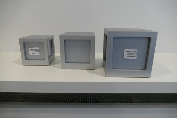 fotobox met 3 foto's, vervaardigd uit zilverkleurig MDF
