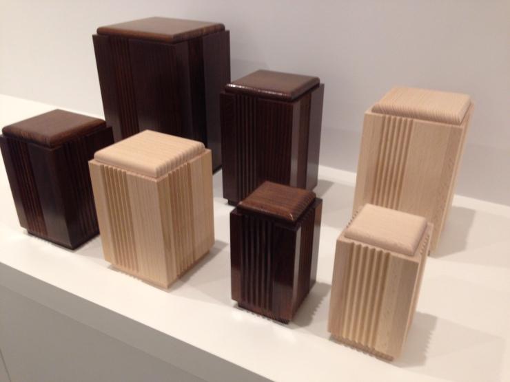 houten-urne-met-relief-1
